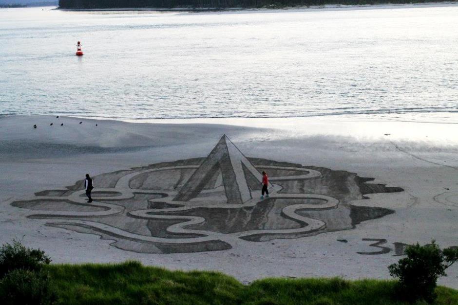 Desenho simula um abismo na areia