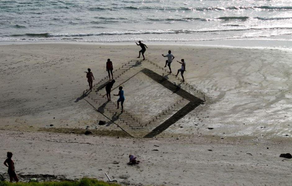 Banhistas brincam com a escada infinita