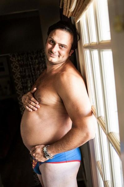 1-Esposo-se-toma-fotos-divertidas-simulando-un-embarazo1-400x600
